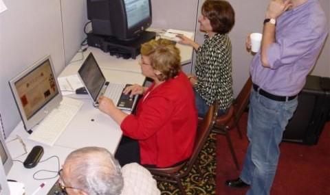 کلاس آموزش مقدماتی کامپیوتر بزرگسالان در فرهنگسرای ایرانیان تگزاس