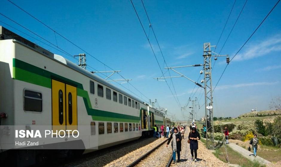 متروی کرج به تهران در پی تجمع مردم روی ریل در ایستگاه چیتگر متوقف شد