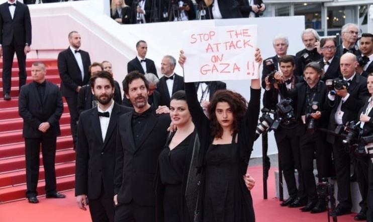 عکس دفاع بازیگر زن لبنانی - فرانسوی از مردم غزه روی فرش قرمز جشنواره کن