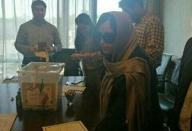 خانم قربانی اسیدپاشی اصفهان رای خود را به صندوق بوستون انداخت + تصویر