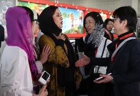 عکس تعجب چینیها از دست ندادن جالب و دراماتیک مریلا زارعی با مرد چینی