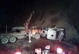 باز هم تصادف مرگبار به دلایل نامعلوم: آتشسوزی گسترده در پی تصادف مرگبار تریلی حمل مواد شیمیایی با کامیون حمل خودرو در سنندج