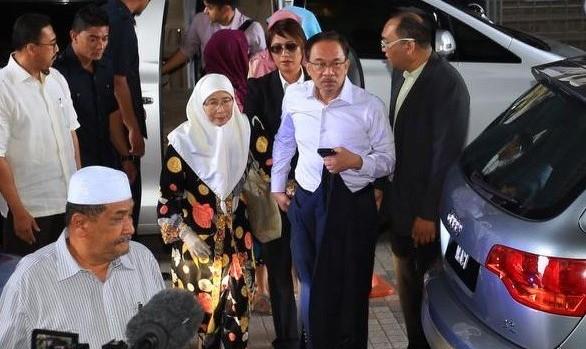 سیاستمدار قدیمی مالزیایی متهم در دعوای قدرت به همجنسگرایی باز از زندان آزاد شد