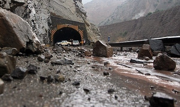 تونل کارون ۴ در محور شهرکرد – خوزستان بر اثر بارش باران شدید بسته و بازگشایی شد