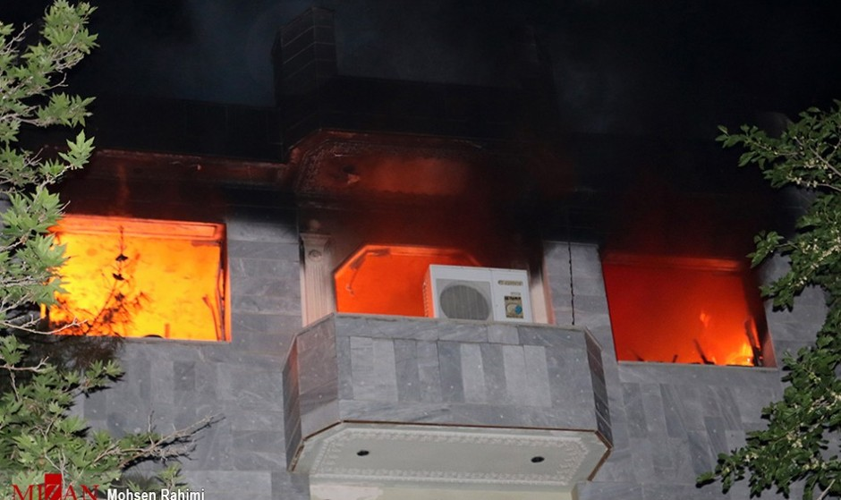 آتش سوزی مجتمع مسکونی پنج طبقه در خیابان کاشانی تهران: نجات ۴۰ نفر