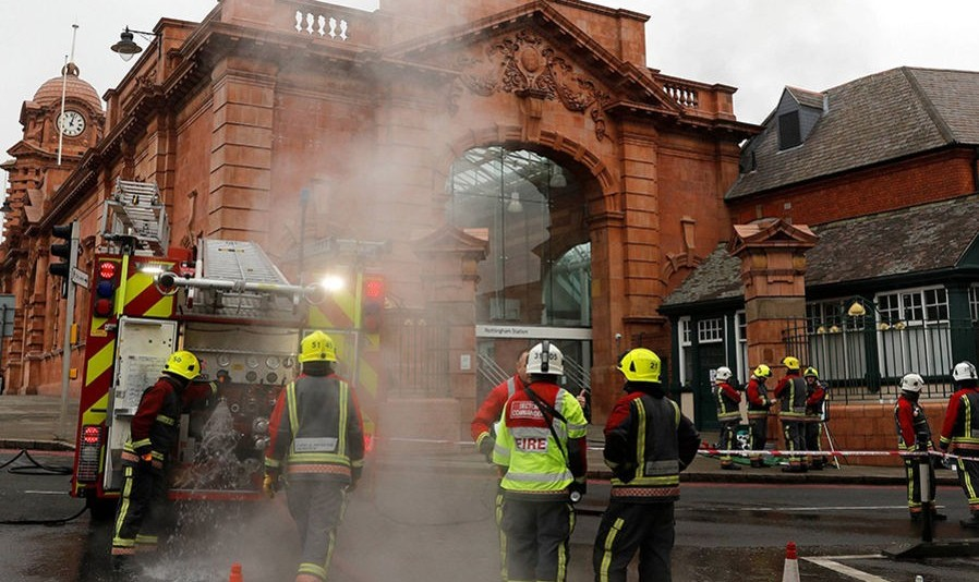 آتش سوزی ایستگاه قطار ناتینگهام در بندر لیورپول سیستم سفر انگلیس را به هم ریخت+ فیلم