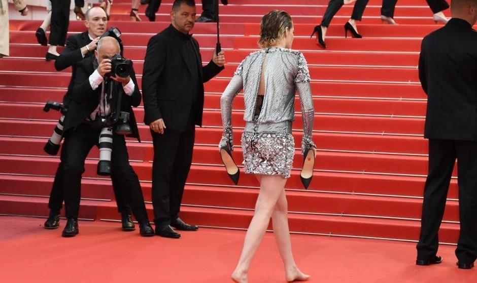 همبازی بی پروای معادی باز جنجال ساز شد:کریستن استوارت پابرهنه روی فرش قرمز! داور کن به پوشیدن کفش پاشنهدار اعتراض کرد