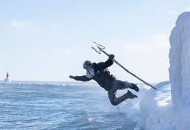 تصاویر باورنکردنی مرد اهل میشیگان آمریکا که در سرمای منفی ۳۴ درجه در دریاچه سوپریور شنا و موج سواری کرد