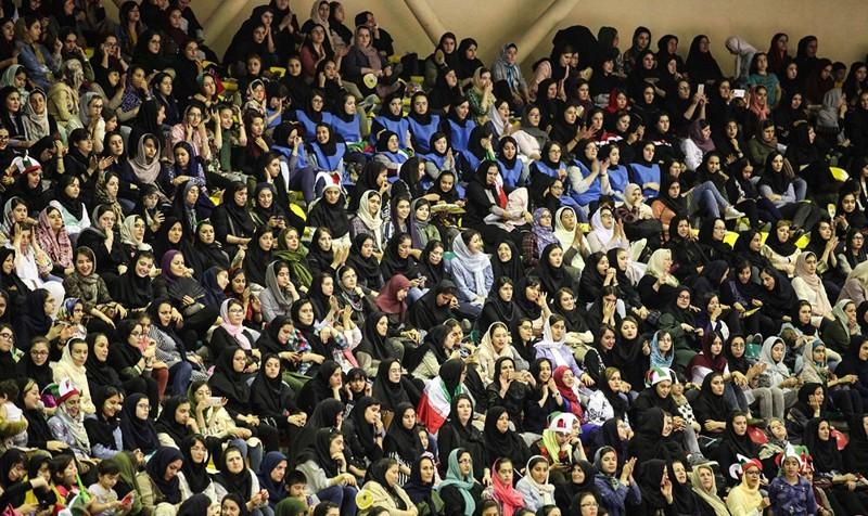 تصاویر حضور بانوان در مسابقه والیبال ایران و قطر در انتخابی قهرمانی جهان در اردبیل