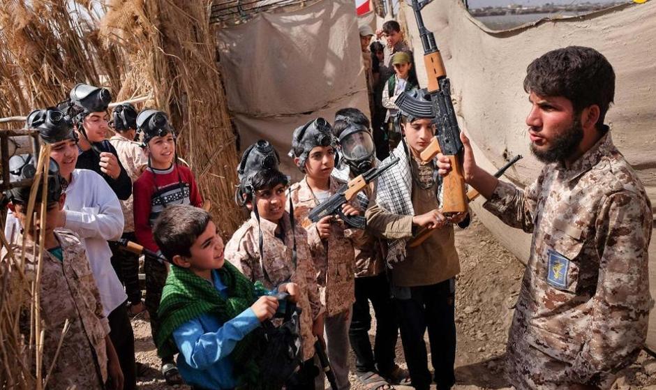 Guardian Photographer Captures Iran's Family Tours to War Zones