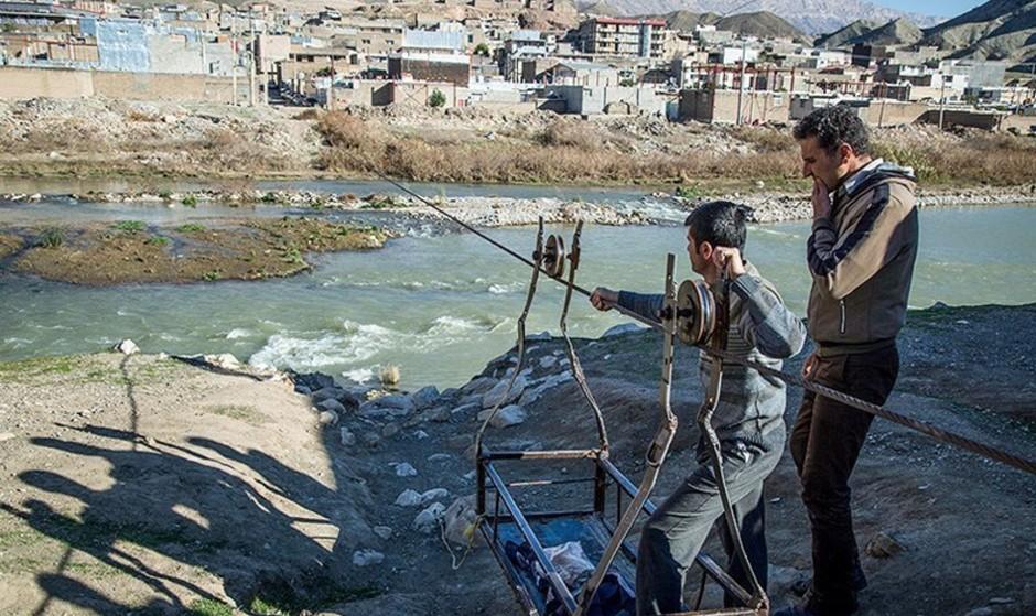 (تصاویر) عبور مرگبار از رودخانه در پلدختر/ پول برای اتمام پل نیمه تمام نیست!