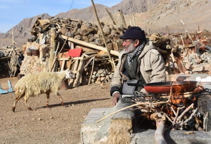 تصاویر: چوپان ۸۰ ساله ایرانی که تنها در بیابان زندگی میکند!