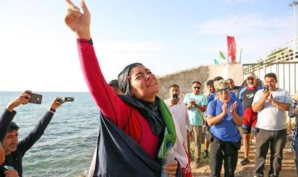 علیرغم سختگیریهای حجاب، بانوی ایرانی رکورد جهانی گینس در شنای با ...