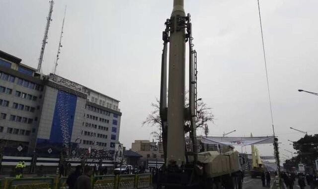نمایش موشکهای بالستیک سپاه در راهپیمایی ۲۲ بهمن؛ روحانی: برای ساخت موشک اجازه نمیگیریم