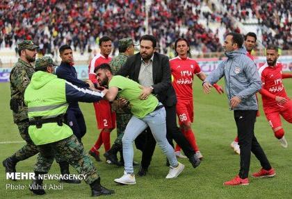 شجاعی و دژاگه کتک خردند! باز هم هواداران تراکتور سازی جنجالی شدند! درگیری تماشاگران و نیروی انتظامی پس از بازی با پیکان