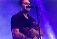 (عکس) خواننده پاپ با گربه روی صحنه رفت