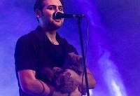 گربه بازی آقای خواننده در کنسرتش!!