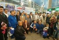 بازگشت تیم ملی وزنه برداری به ایران/ پخش شیرینی در فرودگاه توسط خانواده علی حسینی