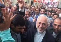 ظریف در کنار شعارهای حمایتی مردم رأیش را به صندوق انداخت