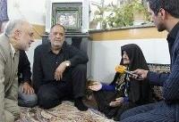 دیدار صالحی با خانواده شهدای روستای فردو قم (+عکس)