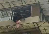چین؛ ثانیههای نفس گیر نجات دختری دو ساله از خطر سقوط