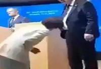 اشتباه عجیب رئیس کمیسیون اروپا در پوشیدن کفش! + فیلم