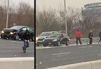 در ماشین حمل پول بازماند و ۳۰۰ هزار دلار کف جاده ریخت (+عکس)