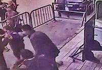 مصر؛ پلیس پسربچهای را پس از سقوط از ساختمان در هوا میگیرد