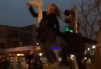 دختران خیابان انقلاب؛ تغییر شکل پستهای مخابرات و برخورد پلیس با یک زن مخالف حجاب اجباری
