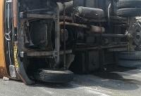 مصدومیت ۲ نفر در واژگونی کامیون حامل زنبور