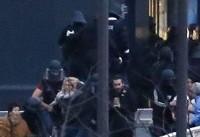 تیراندازی و گروگانگیری در فرانسه/ افراد مسلح یک پلیس را زخمی کردند