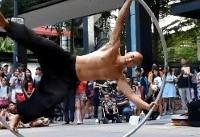 هنرنمایی یک شهروند آمریکایی-تایوانی در خیابانهای تایپه