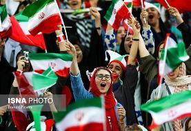(تصاویر) شادی دختران از گلهای تیم ملی در ورزشگاه آزادی