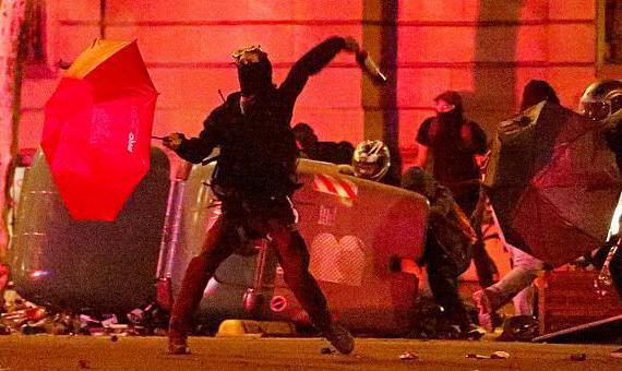 خشونت و درگیری در چهارمین شب اعتراضات در بارسلون علیه احکام زندان برای ۱۲ رهبر جدایی طلب