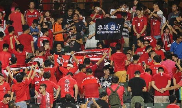 جریمه هواداران هنگکنگ در دیدار با ایران به خاطر شعارهای سیاسی هنگام پخش سرود ملی علیه دولت دست نشانده چین