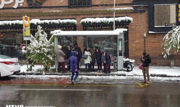 ترافیک در معابر پایتخت روان است/بارش برف در ورودی شمال شرقی تهران