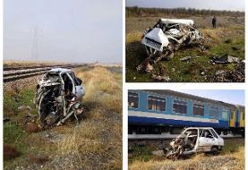 مچاله شدن پراید در تصادف قطار / ۳ کشته (+عکس)