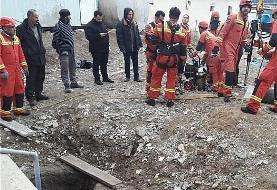 عملیات آتشنشانی تهران برای نجات سگی که در چاه ۱۲ متری افتاد/عکس