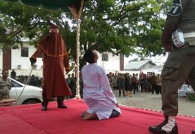 (تصاویر) غش کردن یک مرد پس از شلاق خوردن در ملأعام