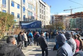 تجمع هواداران خشمگین استقلال مقابل باشگاه