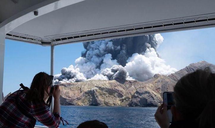 گردشگران نزدیک آتشفشان جزیره سفید نیوزیلند: انتظار آتشفشان نداشتیم! فیلم فوران: ۵ کشته، تعدادی مفقود