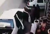 له شدن یک زن و مرد زیر خودرویی که کودک راننده اش بود | فیلم