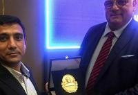 اهدای یادبود جهان پهلوان تختی به رئیس اتحادیه جهانی کشتی