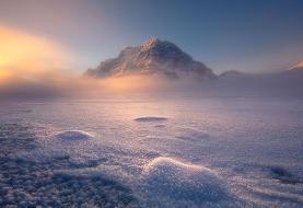 عکس روز نشنال جئوگرافیک؛ طلوع آفتاب در دریاچه یخزده