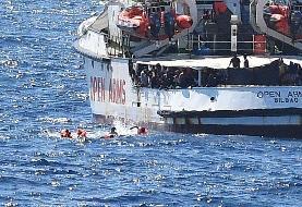 پناهجویان از کشتی آغوش باز به دریا پریدند