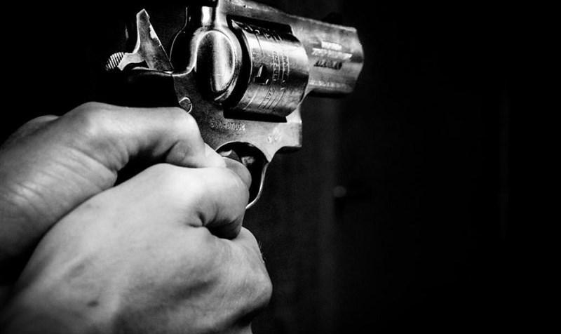 تیراندازی به نیروی انتظامی در روز روشن: قاچاقچیان مسلح با خودرو شیشه دودی بیپلاک در شهر چرخ میزدند!