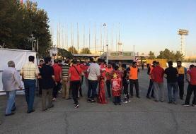 تماشاگران بدون بلیت بیرون ورزشگاه آزادی!