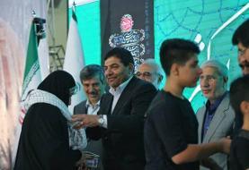 اهدای ۴۰۰۰ بسته نوشت افزار ایرانی ازطرف رهبرمعظم انقلاب به فرزندان شهدای مدافع حرم