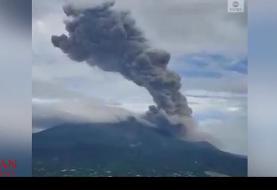تصاویری از انتشار دود و خاکستر با ارتفاع ۲ کیلومتری یک آتشفشان در چین