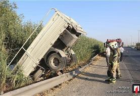 سقوط کامیونت به داخل نیزارهای حاشیه جاده ورامین/عکس